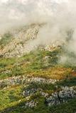 在云彩的秋天山 库存照片