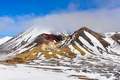 在云彩的红色火山口在东格里罗国家公园,新西兰 库存照片