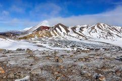 在云彩的红色火山口在东格里罗国家公园,新西兰 免版税图库摄影