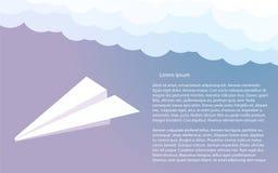 在云彩的纸飞机 青紫色天空 传染媒介il 免版税图库摄影