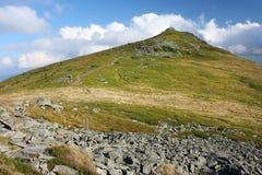 在云彩的绿色山 免版税库存照片