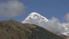 在云彩的美丽的Kazbek山 股票录像