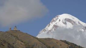 在云彩的美丽的Kazbek山 股票视频