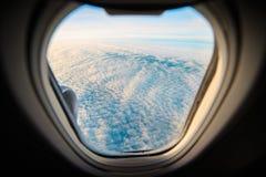 在云彩的美好的鸟瞰图从飞机 免版税库存照片