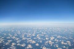 在云彩的美好的鸟瞰图从飞机 免版税库存图片