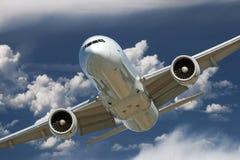 在云彩的航空器 免版税库存照片