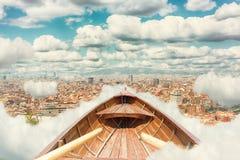 在云彩的葡萄酒木小船 库存照片