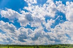 在云彩的蓝天 免版税库存照片