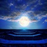 在云彩的超级月亮在铁路 免版税库存照片