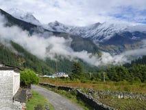在云彩的道拉吉里峰范围从Kalapani 免版税库存照片