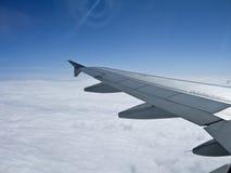在云彩的飞机翼, 库存图片
