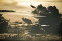 在云彩的飞机 库存图片