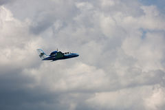 在云彩的飞行飞机 免版税图库摄影