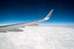 在云彩的飞行 免版税库存照片
