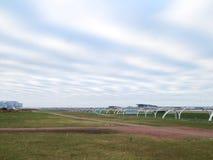 在云彩的高速道路附近打开公园秋天早晨 免版税库存图片