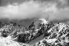在云彩的黑白雪山晴朗的冬日 库存图片
