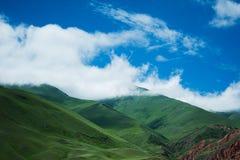 在云彩的绿色山 库存照片