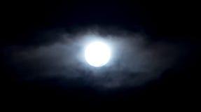 在云彩的阴霾的月亮在晚上 免版税图库摄影