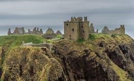 在云彩的Dunnottar城堡 库存图片