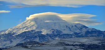 在云彩的Elbrus 免版税库存图片