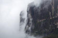 在云彩的Kukenan tepui 罗赖马山 委内瑞拉, 免版税库存图片