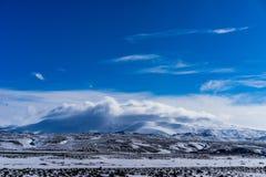 在云彩盖的海克拉火山火山 免版税图库摄影