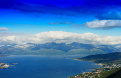 在云彩背景下的北欧海岛 免版税库存照片