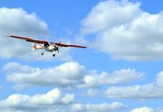 在云彩背景的飞机  库存照片