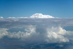 在云彩英尺山之下 库存图片