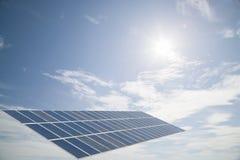 在云彩蓝天背景,节能c的太阳能电池盘区 库存图片