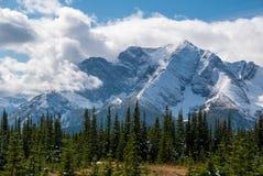 在云彩覆盖的一座积雪的山 库存图片