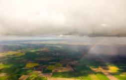 在云彩视图下的彩虹从天空 免版税库存照片