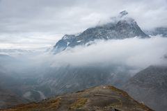 在云彩部分吞噬的山 免版税图库摄影