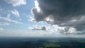 在云彩附近的寄生虫飞行 股票视频