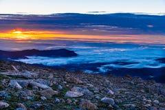 在云彩顶部的日出 免版税库存照片