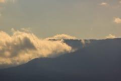 在云彩风景日落的山 免版税图库摄影