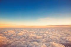 在云彩飞行之上 从飞机的看法,日落射击 免版税库存照片