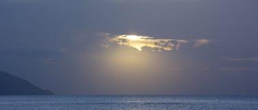 在云彩,加勒比海的一个孔 库存图片