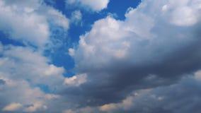 在云彩 与云彩和山峰的意想不到的背景 免版税库存图片