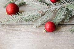 在云杉的分支的圣诞节装饰品与雪 免版税库存图片