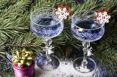 在云杉的分支背景的圣诞节玻璃  库存图片