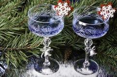 在云杉的分支背景的圣诞节玻璃  图库摄影