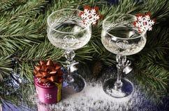 在云杉的分支背景的圣诞节玻璃  免版税库存图片