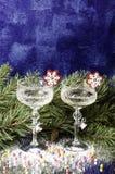 在云杉的分支背景的圣诞节玻璃  免版税库存照片