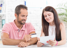 在互联网上的年轻夫妇购买 免版税库存图片