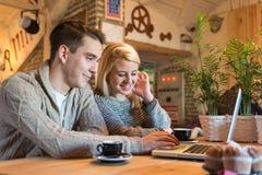 在互联网上的年轻夫妇 免版税库存照片