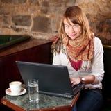 在互联网咖啡馆的早晨咖啡 库存照片