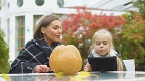 在互联网照顾雕刻南瓜,当寻找技巧的女儿, blogging时 股票视频
