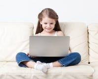 在互联网的小女孩海浪 免版税库存图片