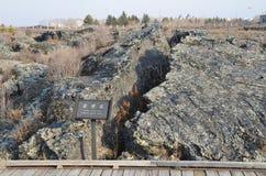 在五大连池全球性geopark的熔岩荒野在多云天气的华北 熔岩流氓片断到由拉链的两部分里 免版税库存照片